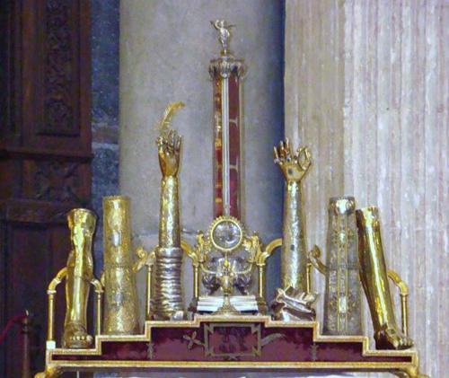 Vari reliquiari antropomorfi contenenti le gambe, i femori, le braccia, una mammella (reliquiario centrale) e il velo (cilindro di vetro) di Sant'Agata. Basilica Cattedrale di Catania