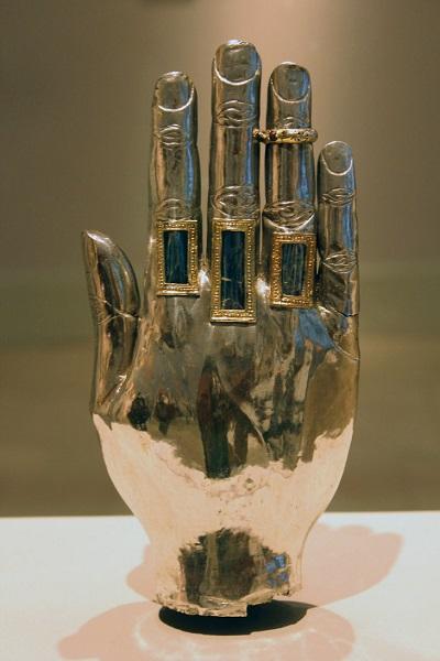 Reliquiario fiammingo a forma di mano in oro e argento. Secolo XIV. Victoria and Albert Museum, Londra