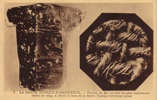 Parte del retro della Sacra Tunica dove vengono segnalate le macchie di sangue principali. A destra ingrandimento del tessuto. Immagine del 1934
