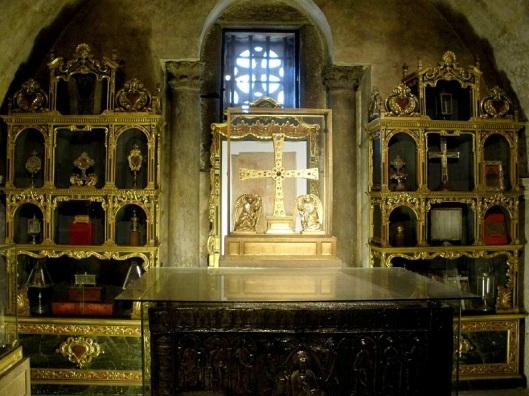 Interno della Cámara Santa. Dietro alla croce è visibile il Santo Sudario