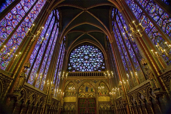 La Sainte Chapelle, Parigi. Fu costruita per albergare la corona di spine ed altre preziose reliquie