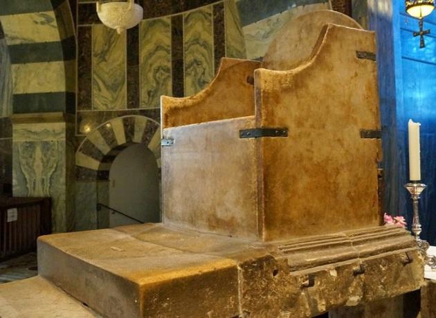 Trono di Carlo Magno. Nel suo interno ci sono scomparti che contenevano diverse reliquie