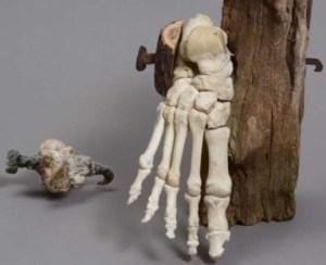 Ricostruzione di come furono fissati i piedi dell'uomo crocifisso di Giv-at ha-Mivtar